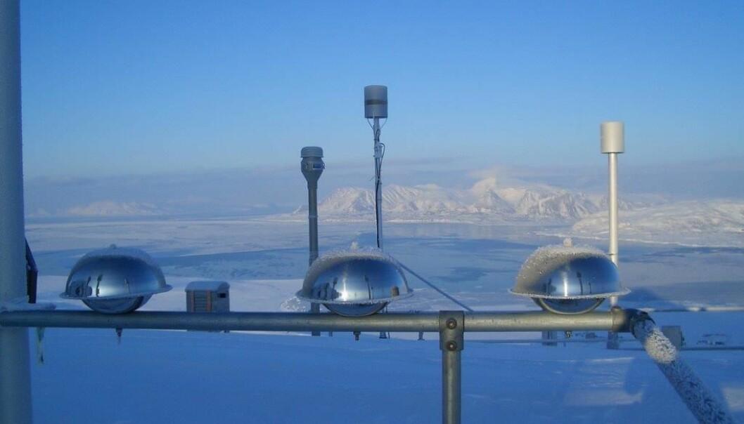 Luftprøvetakere på Zeppelin-observatoriet på Svalbard, 474 meter over havet. Observatoriet befinner seg på 79 grader nord i et urørt, arktisk miljø, langt unna vesentlige forurensningskilder. Flere av prøvene herfra havner i Miljøprøvebanken. (Foto: Anne Karine Halse)