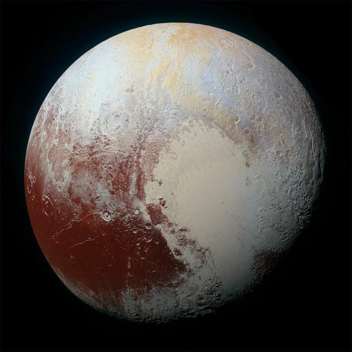 Pluto har et mangfold av landskapsformer, viser dette dette bildet av Pluto, tatt av romsonden New Horizons. Fargene er forsterket kunstig for å framheve disse forskjellene. (Foto: NASA/JHUAPL/SwRI)