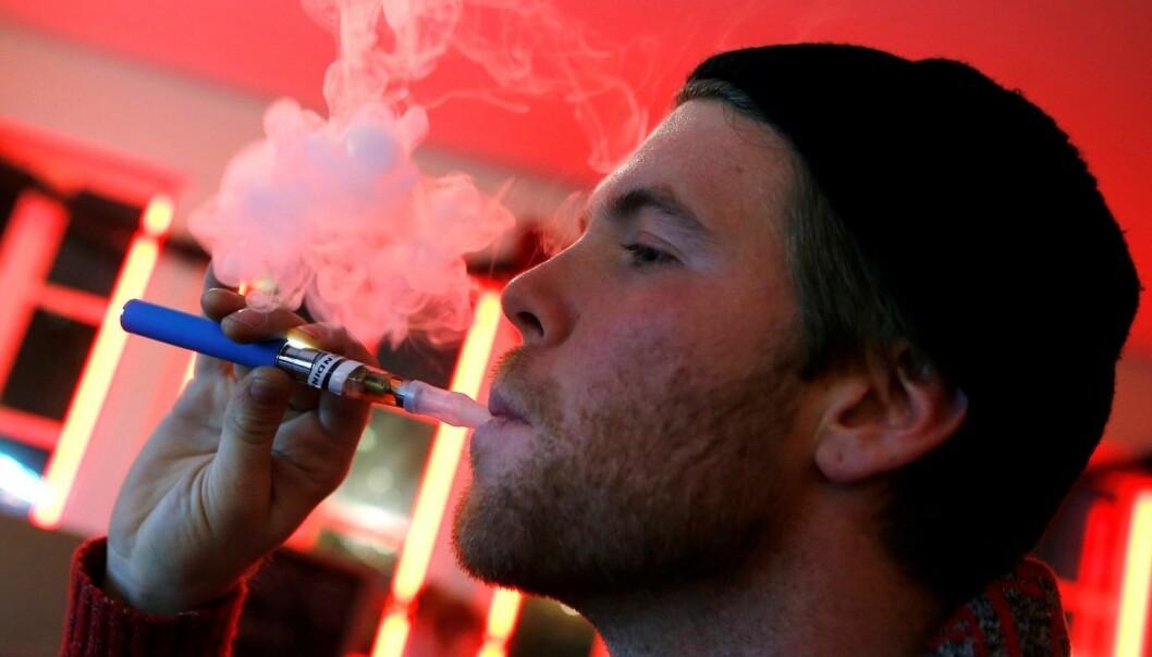 En e-sigarettbruker på en kafé i New York, USA der kundene kan velge blant mange smaker på dampen de inhalerer, alt fra bacon til tyggegummi. (Foto: Reuters)