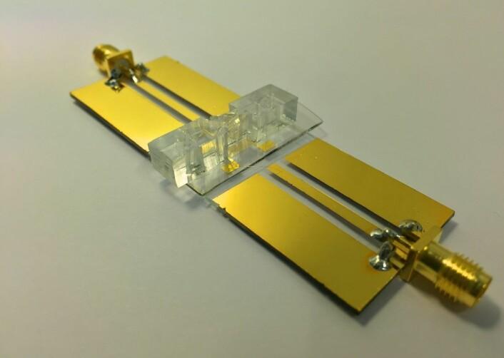 De ferdige brikkene kan integreres med ultralyd for å kontrollere bevegelsen til partikler i væskestrømninger med høy presisjon. (Foto: Institutt for fysikk, NTNU)