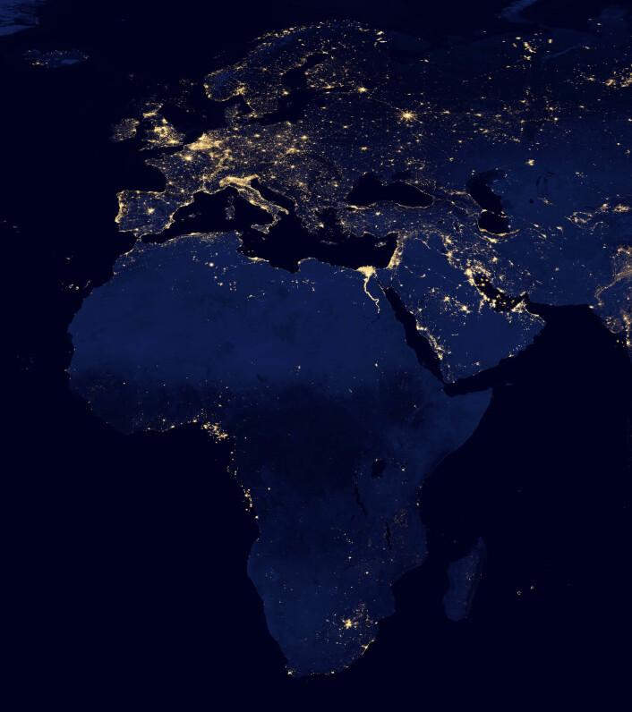 Satellittbilde som viser Europa og Afrika. Alle folkegruppene som var med i studien levde helt uten elektrisk belysning, og flere kom fra Tanzania og Namibia. (Foto: NASA)