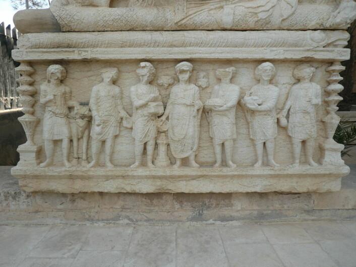 Relieffer fra Palmyra. Her kan du tydelig se hvordan ansiktene er slått vekk. Det er lenge siden disse bildene ble ødelagt, og det kan ha blitt gjort av tidlige kristne eller muslimer. (Foto: Jørgen Christian Meyer)