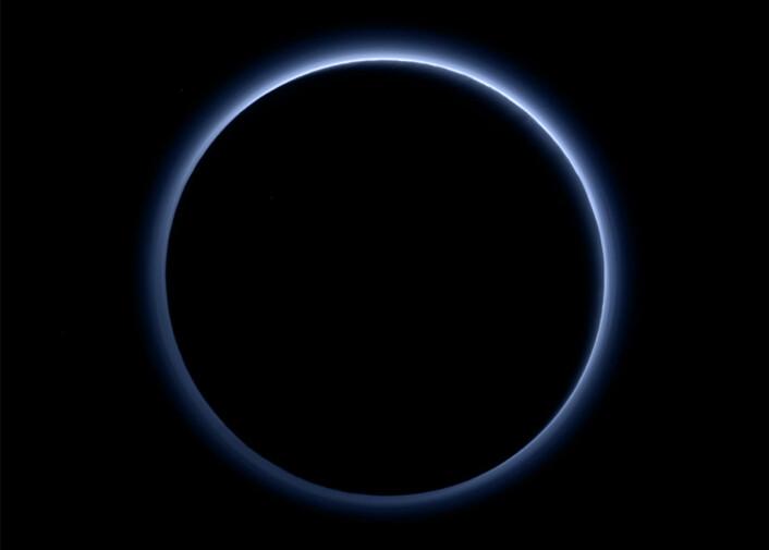 Plutos blådis vises tydelig i dette bildet tatt av kameraet Rakph/Multispectral Visible Imaging Camera på New Horizons. Romsonden hadde da passert Pluto, slik at den var nærmere sola og skygget for den. Dermed lyste solstrålene opp disen. (Foto: NASA/JHUAPL/SwRI)