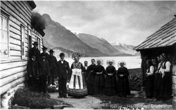Fotografi av et brudefølge fra rundt 1890. Innen da hadde bruken av brudegaver avtatt, men de vakre folkedraktene ble beholdt.  (Foto: Axel Lindahl. Brukt med tillatelse fra Norsk Folkemuseum.)