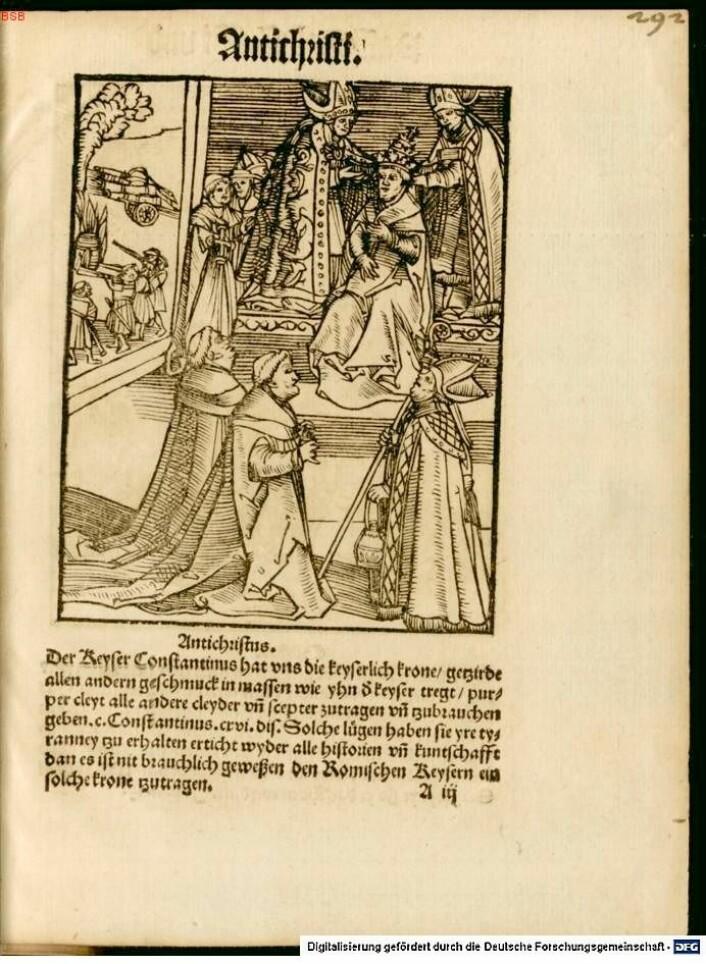 En side i en protestantisk propaganda-bildebok fra 1521. Bildet framstiller paven som antikrist. Han tar i mot mektige menn som vasker føttene hans og tilber han. De som ikke gjør det, vil bli drept står det i teksten, forteller Rasmussen.  (Foto: (Illustrasjon: Offentlig eiendom))