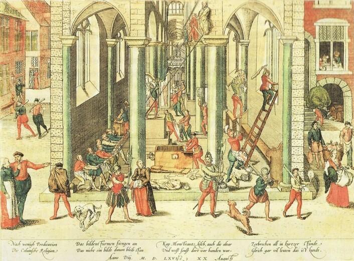 En samtidstegning som viser hvordan ødeleggelsene i Vår Frue-katedralen i Antwerpen skal ha sett ut. (Foto: (Illustrasjon: Frans Hogenberg))