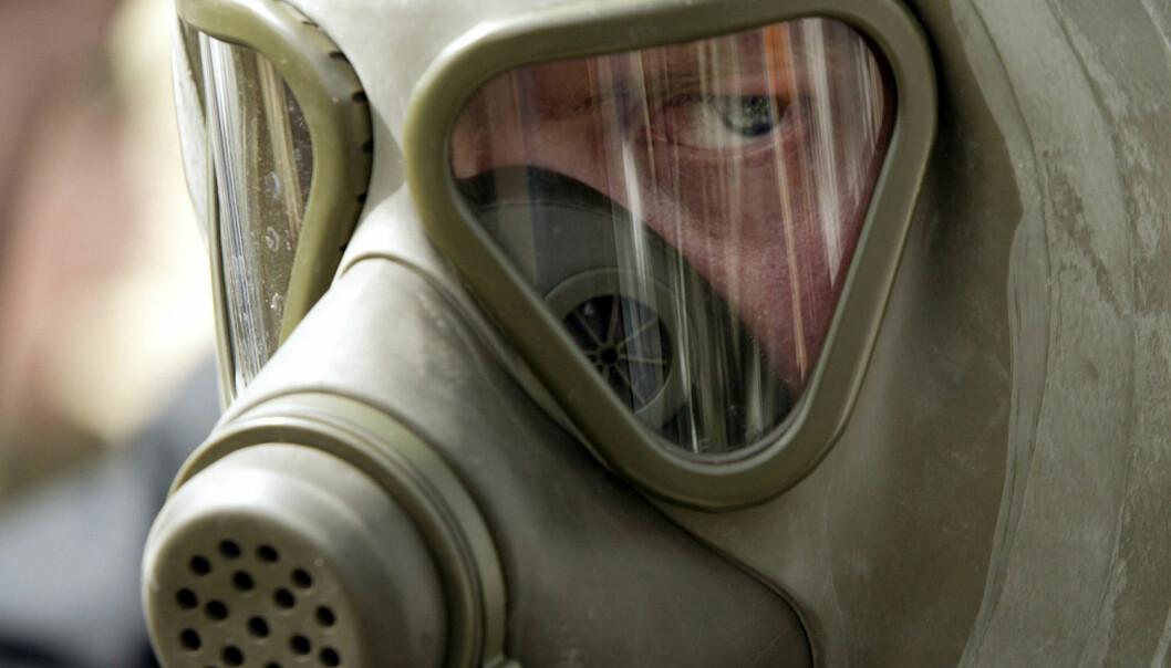 En tysk soldat med verneutstyr som beskytter mot både kjemiske og biologiske våpen. Men hvor realistisk er det egentlig at en stat eller terrororganisasjon skal angripe noen med bakterier eller virus ? (Foto: Desmond Boylan)