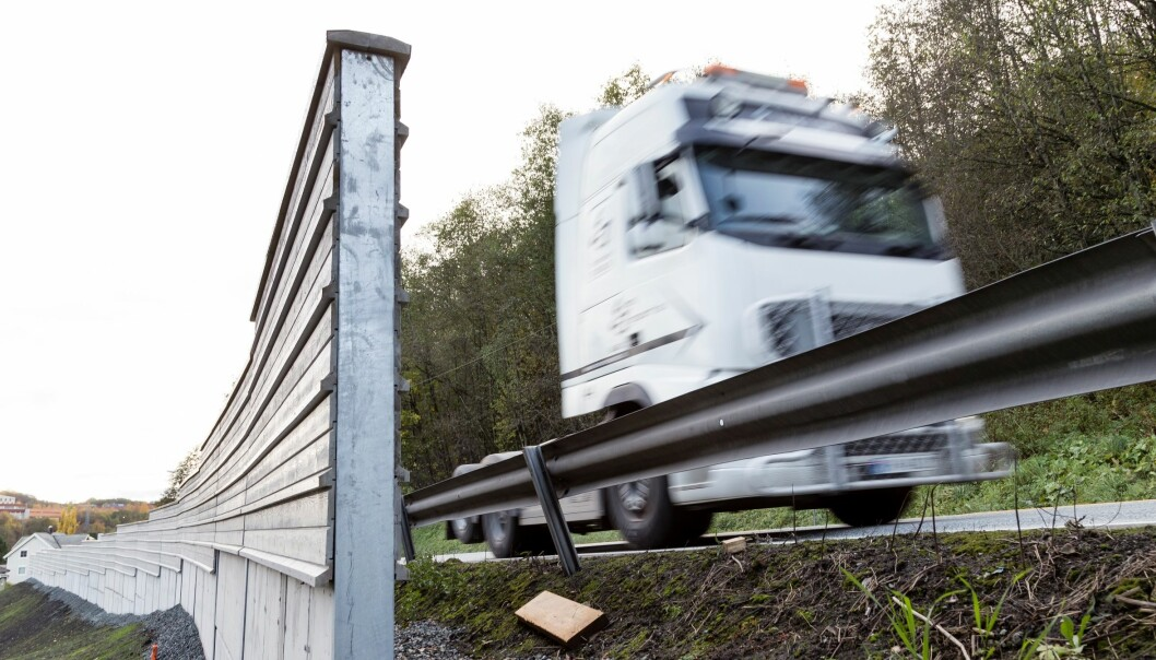 An example of how things are done today in Norway. Ordinary guardrails and noise-barriers are not usually incorporated in a single construction. Combining the two reduces costs because the noise-barriers use the existing guardrail posts. (Photo: Thor Nielsen, SINTEF)
