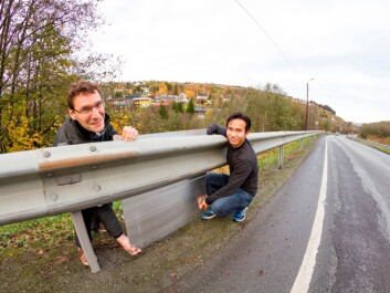 Standard guardrails in Norway are often installed where the ground falls away from the roadside. Houses that are to be screened from noise in such locations usually lie somewhat lower than the source of noise. Taking this as the basic situation, SINTEF scientists Dirk Nolte (left) and Nguyen Hieu Hoang investigated how aluminium noise-barriers could be directly mounted on guardrails. (Photo: Thor Nielsen, SINTEF)