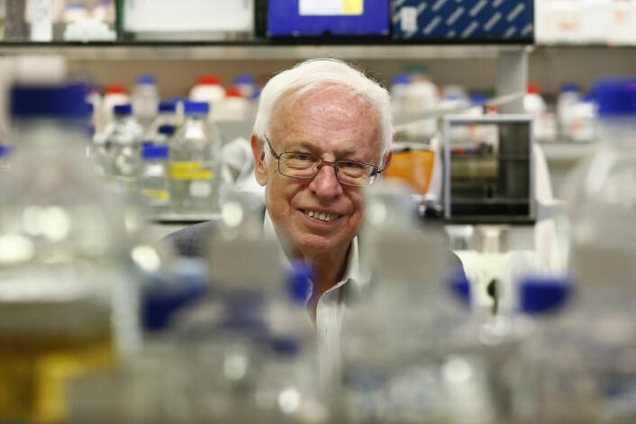 Tomas Lindahl poserer for fotografene på Francis Crick Institute Clare Hall Laboratory nord for London etter at det ble kjent at han får årets nobelpris i kjemi. (Foto: Stefan Wermuth, Reuters)