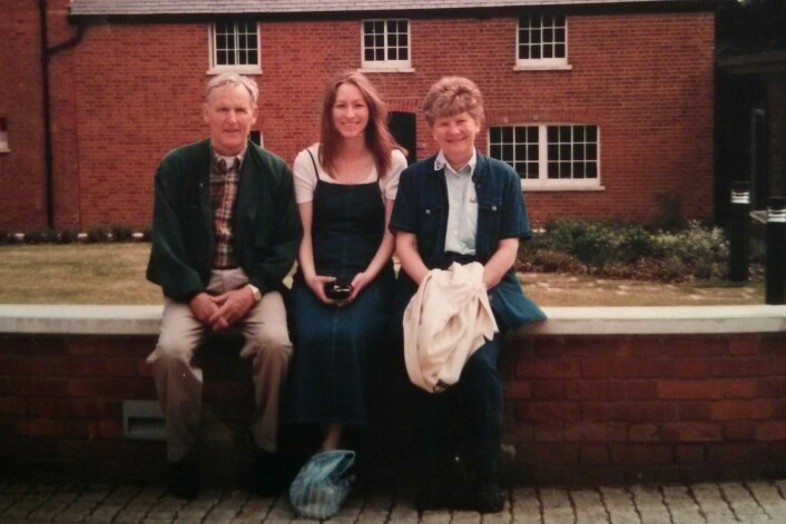 Elisabeth Larsen arbeidet tre måneder sammen med nobelprisvinner Tomas Lindahl i 2000. Her sitter hun sammen med sine foreldre foran Lindahls forskningssenter Clare Hall Laboratory. (Foto: Privat)