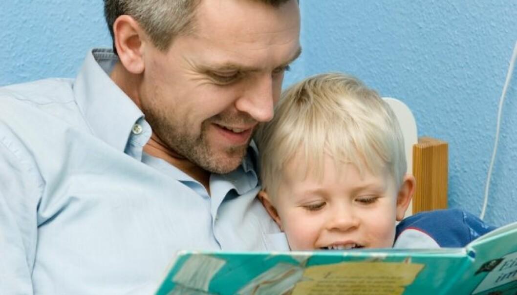 – Vår studie viser at foreldrenes holdninger til lesing, hvor mange barnebøker barna har hjemme, hvor tidlig foreldrene begynte å lese høyt for barna og hvor ofte de leser for dem, avgjør hvor godt stilte barna er til å gå i gang med å lære å lese ved skolestart, sier Vibeke Bergersen.  (Foto: Colourbox)