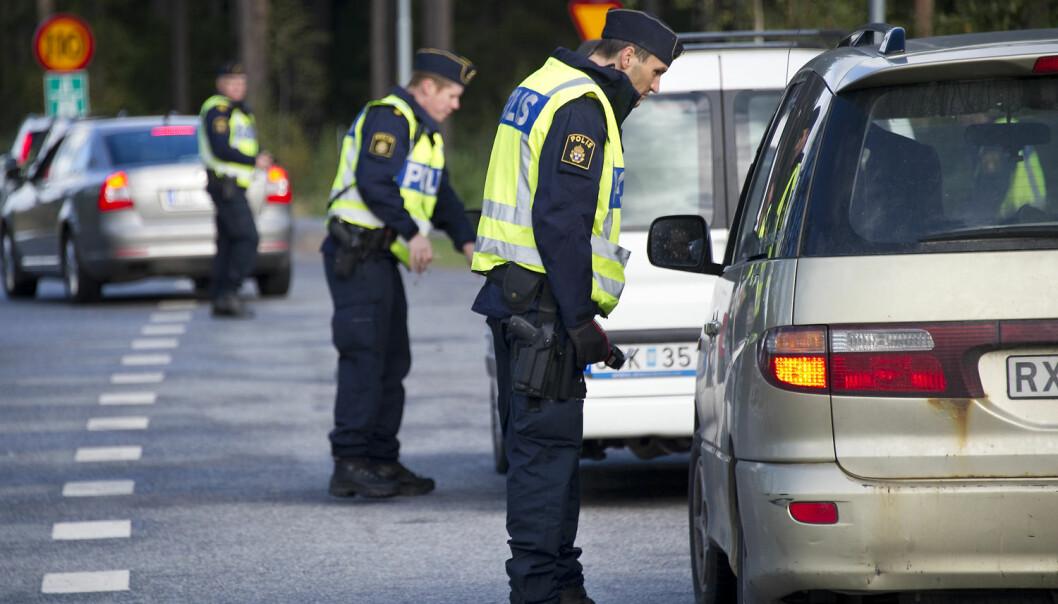 Politiet må både kunne håndtere mennesker og takle tøffe situasjoner. Noe av det viktigste er at de kan kommunisere, ifølge svensk forskning. (Foto: Polisen)
