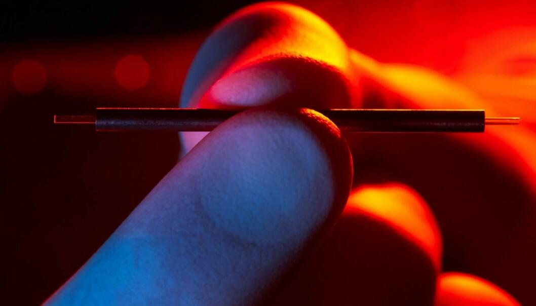 En partikkelakselerator mellom fingrene: Ørliten prototyp viser at prinsippet virker. Med høyere frekvenser kan akseleratoren krympes over hundre ganger. Teknologien kan blant annet brukes til medisinske avbildninger, til å avsløre raske kjemiske reaksjoner som for eksempel fotosyntesen, og av partikkelfysikere til å studere elektroner ved høye hastigheter. Den er utviklet ved amerikanske MIT og det tyske forskningssenteret Deutsches Elektronen-Synchrotron. (Foto: DESY/Heiner Müller-Elsner)