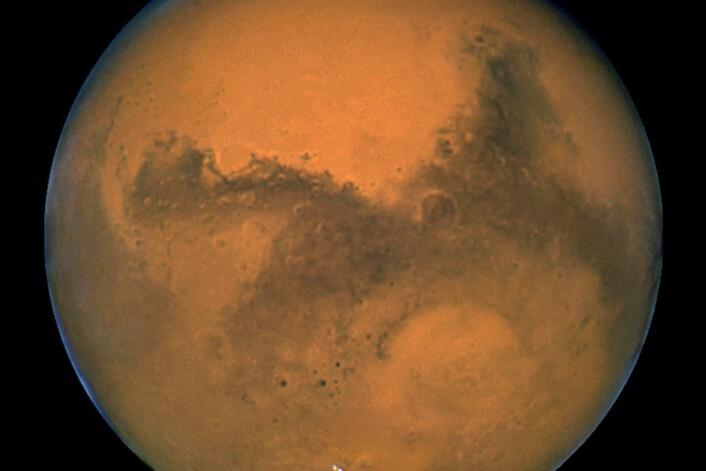 Mars i all sin prakt. Det kan finnes flytende, ekstremt salt vann i korte perioder på planeten. (Foto: NASA, JPL-Caltech)