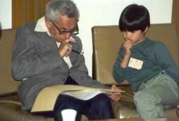 Paul Erdős lærer Terence Tao matematikk i 1985. Tao er ti år gammel på bildet.  (Foto: Foto: CC-BY, Terence Tao)