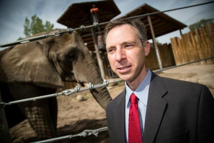 Joshua Schiffman har undersøkt hvorfor elefanter ikke får kreft like ofte som mennesker.  (Foto: University of Utah Health Sciences.)