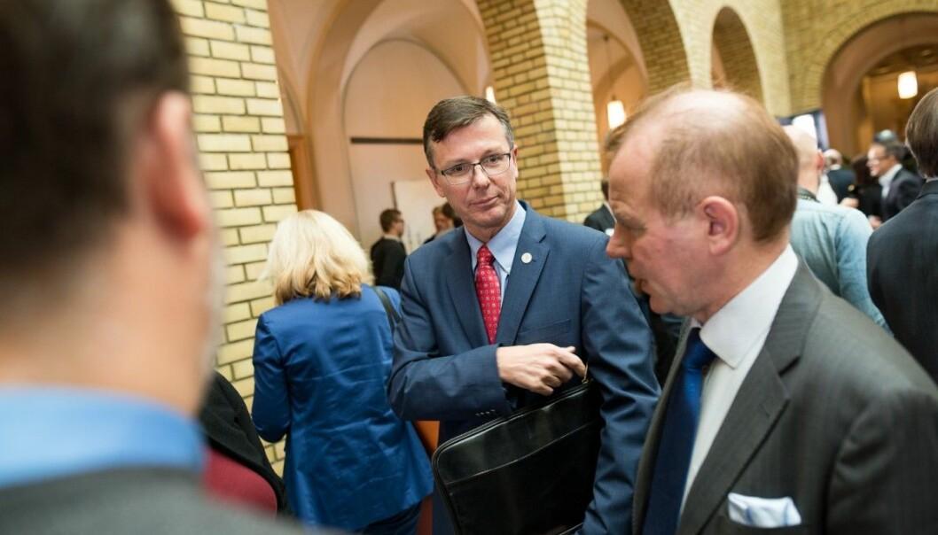 Bergen-rektor Dag Rune Olsen i vandrehallen på Stortinget sammen med kollega Ole Petter Ottersen, rektor på Universitet i Oslo. (Foto: Skjalg Bøhmer Vold)