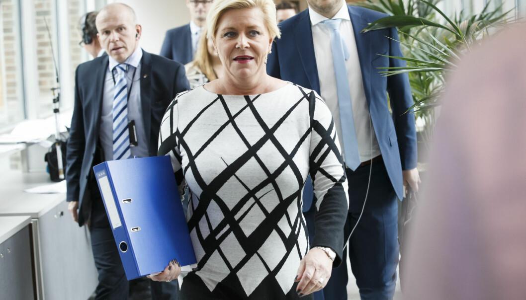 Finansminister Siv Jensen ankommer pressekonferansen i plenumsalen etter fremleggingen av regjeringens forslag til statsbudsjettet 2016 for Stortinget.  (Foto: Heiko Junge, NTB scanpix)