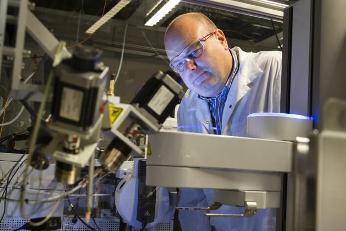Bioteknologi-miljøet ved Sintef Materialer og kjemi, her representert ved seniorforsker Geir Klinkenberg, håper å kunne bidra til utvikling av nye legemidler som kan slåss effektivt mot blant annet kreft og infeksjonssykdommer. (Foto: Thor Nielsen, Sintef)