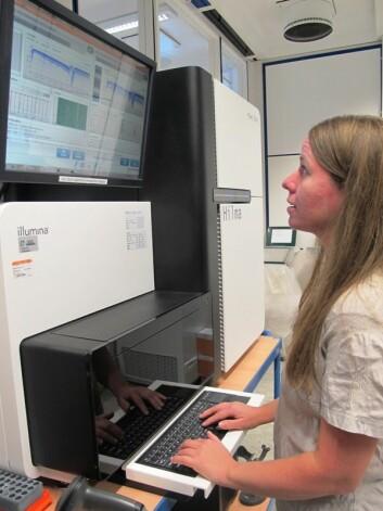 Den enorme maskina kan analysere DNA-prøvene som Frengen og Barøy har hentet ut av blodprøvene til de syke barna og foreldrene deres. Den kan dure og gå i flere dager før den er ferdig med analysene.  (Foto: Ulla Gjeset Schjølberg.)