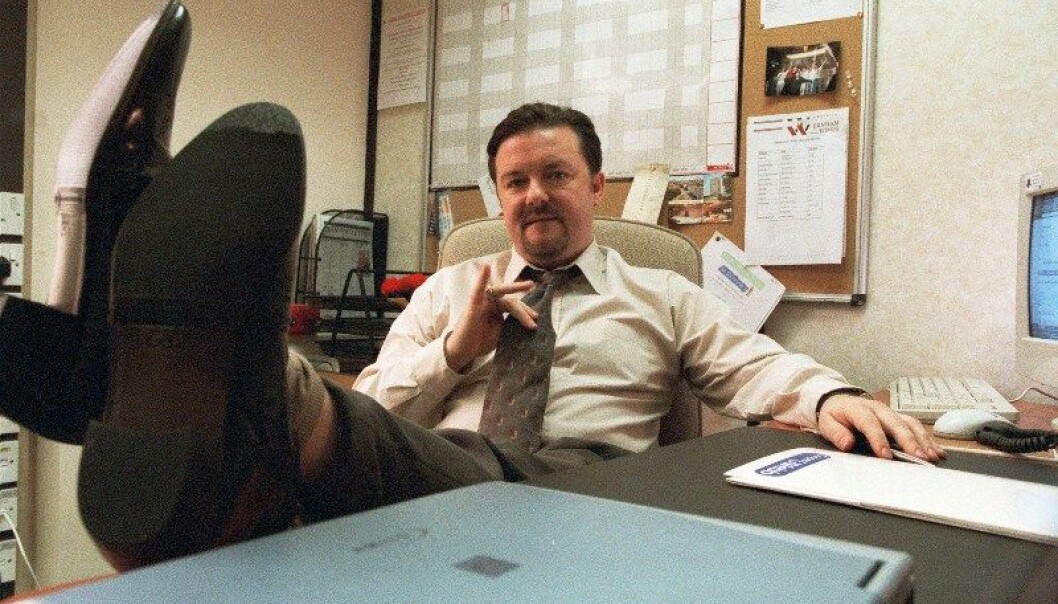 David Brent (Ricky Gervais) fra TV-serien The Office insisterer på at humor er viktig for å skape gode forhold på jobben, men likevel mislykkes han. Nå tror forskere de vet hvorfor.  (Arkivfoto: HBO Nordic)