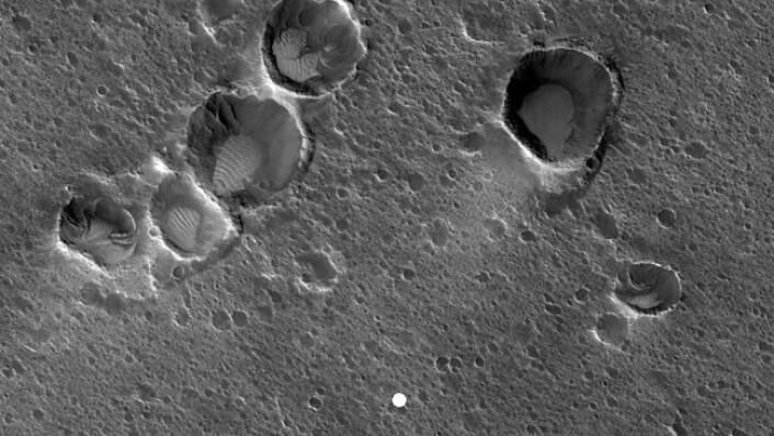 Acidalia Planitia sett frå NASAs Mars Reconnaissance Orbiter. Den kvite prikken representerer storleiken og plasseringa av den hypotetiske Mars-basen Ares 3. (Foto: Hirise, Mars Reconnaissance Orbiter, NASA)
