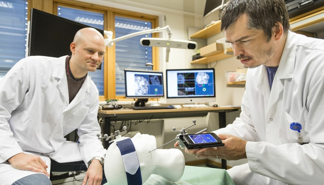 De to Sintef-teknologene Christian Askeland (t.h.) og Jon Eiesland tester ut det nye navigasjonssystemet i laboratoriet.  (Foto: Thor Nielsen/Sintef)