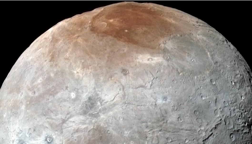 Charon sett av New Horizons. Overflaten er ruglete og har flere farger. (Foto: NASA/JPL)