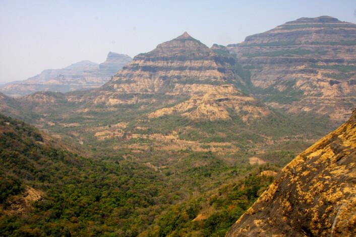 Deccantrappene utenfor Mumbai i India. Her kan man tydelig se de geologiske lagene. (Foto: Mark Richards, UC Berkeley)