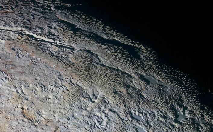 NASA omtaler dette området som et slangeskinnlandskap. (Foto: NASA, JHUAPL, SWRI)