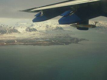 Part of Isfjorden and Erdmannflya west of Longyearbyen, as seen from the FAAM research aircraft BAe 146. Also visible on the wing is the measuring equipment used to collect air samples. (Photo: Ignacio Pisso/NILU)