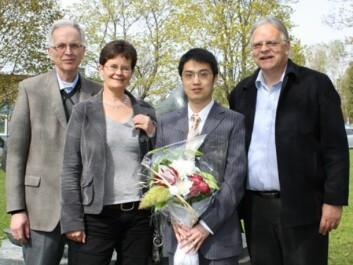 PhD student Youling Gao flankert by his supervisors. From right: Professor Trond Storebakken (APC/UMB), Professor Margareth Øverland (APC/UMB), and reserach scientist Jon Fredrik Hanssen (UMB). (Photo: Olav Fjeld Kraugerud, UMB)