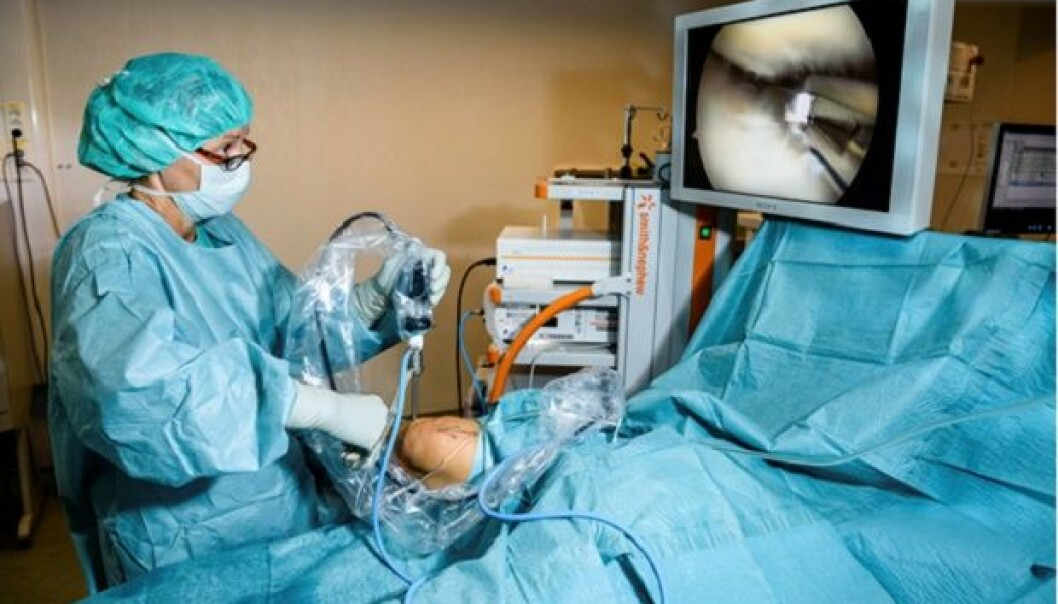 Nina Jullum Kise, PhD candidate, orthopaedic surgeon and senior consultant, performing an arthroscopic procedure on the meniscus of a patient. (Photo: Øystein Horgmo, UiO)