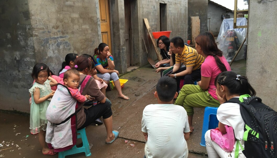 Professor Zhaohui Liu interviews rural-to-rural migrant citizens about air pollution. The scholars in the Airborne project at CAS find that few are aware of the significant health impact that is the result of household-produced air pollution, which is especially significant among the poorer and rural population. (Copy right: Airborne / Photo: Annica Thomsson)