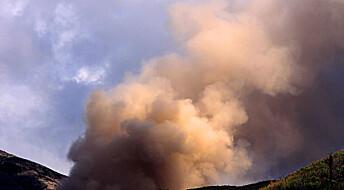 Indonesisk vulkan spyr ut aske og lava