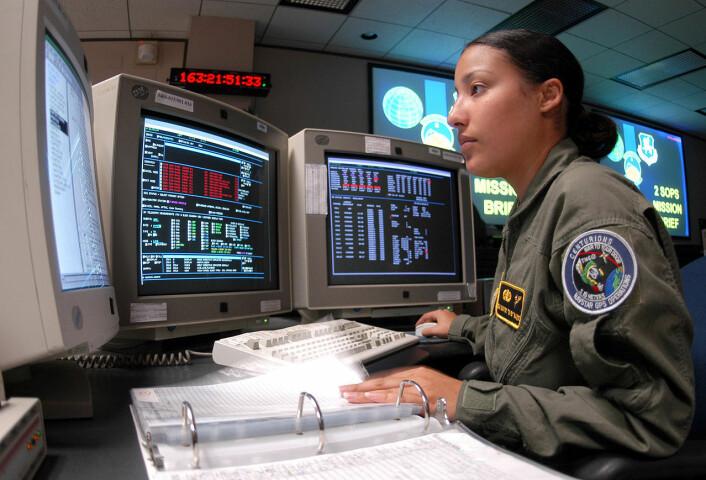 Nayibe Ramos er en av flere i USAs luftforsvar som overvåker og oppdaterer GPS-systemet. Bildet er fra 2005, og er tatt i 2d Space Operations Squadron ved Schriever Air Force Base i Colorado. (Foto: Mike Meares, USAF)