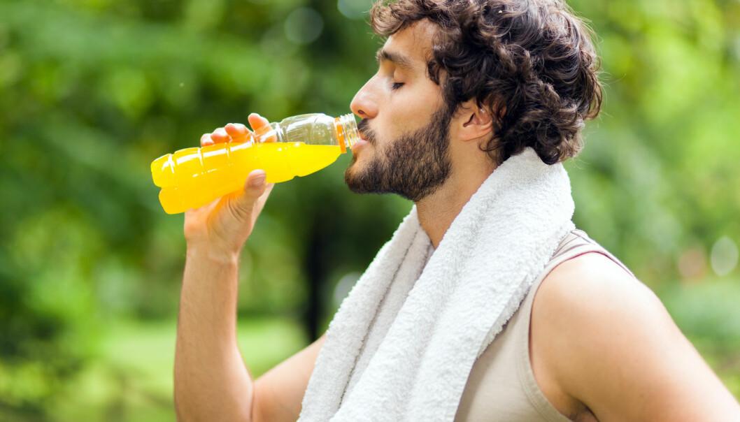 Er du disponert for syreskader på tennene, bør du styre unna sure drikker, som sportsdrikker. (Illustrasjonsfoto: Microstock)