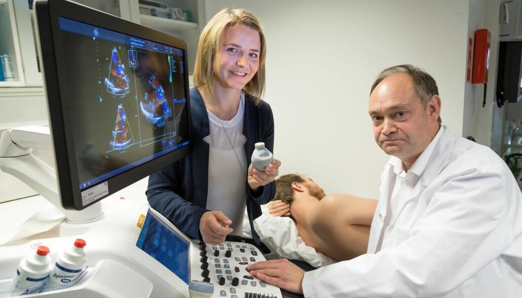 Forsker Sigrid Kaarstad Dahl ved SINTEF og overlege Stig Urheim fra Haukeland Universitetssykehus/Rikshospitalet, diskuterer 3D ultralydopptak av forsøkspersonens hjerte. (Foto: Thor Nielsen)