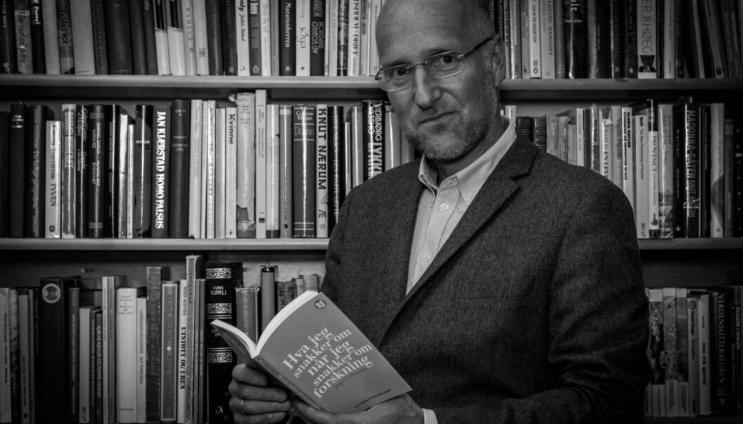 Dersom professor Jørgen Bramness skulle invitert til firestjerners teselskap, ville Niels Bohr, Michel Foucault og Baruch Spinoza stått på gjestelisten. Selv er han aktuell med en bok som skal forklare oss hva forskning egentlig handler om, i en tid hvor vi omgir oss med stadig mer forskningsresultater.   (Foto: Marte Guldal Bramness)