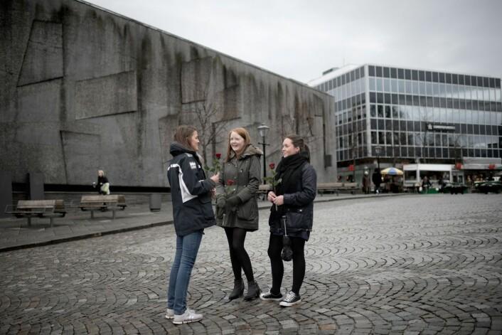 Stavanger var en av kommunene der mange unge ble valgt inn i kommunestyret i 2011. Her tre Stavanger-ungdommer som i 2012 markerer motstand mot Anders Behring Breiviks terror og synspunkter.  (Foto: Tommy Ellingsen, NTB scanpix)