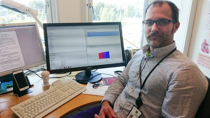 Mathias Barra omformer kompleks virkelighet ute i sykehushverdagen til matematiske simuleringer. De viser hvordan fagfolk og utstyr kan organiseres for å få mest mulig ut av hver helsekrone. (Foto: Arnfinn Christensen, forskning.no)