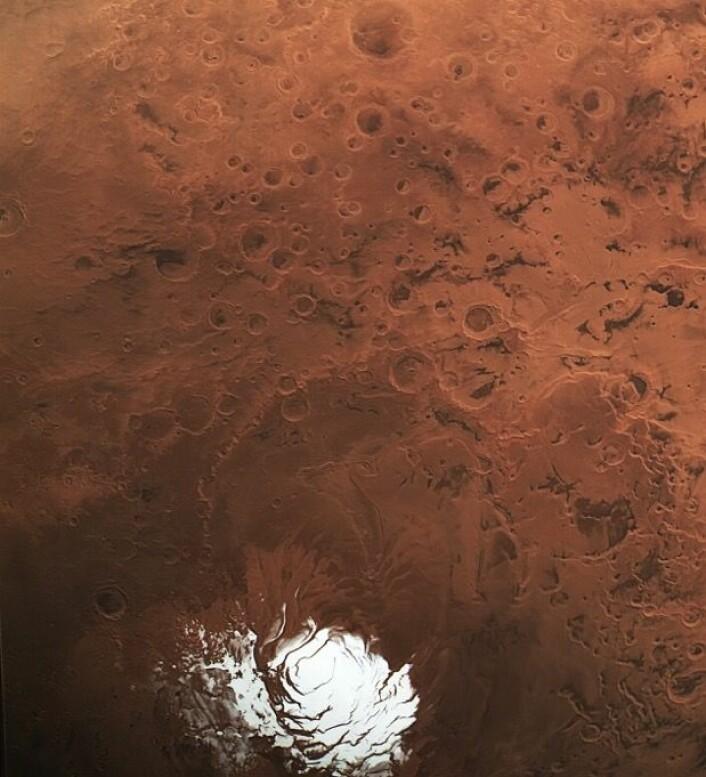 (Tørr)isen på sydpolen på Mars, og noen interessante kratere på den sydlige halvkule der, sett fra ESAs romsonde Mars Express. (Bilde: ESA/DLR/FU Berlin, CC BY-SA 3.0 IGO)
