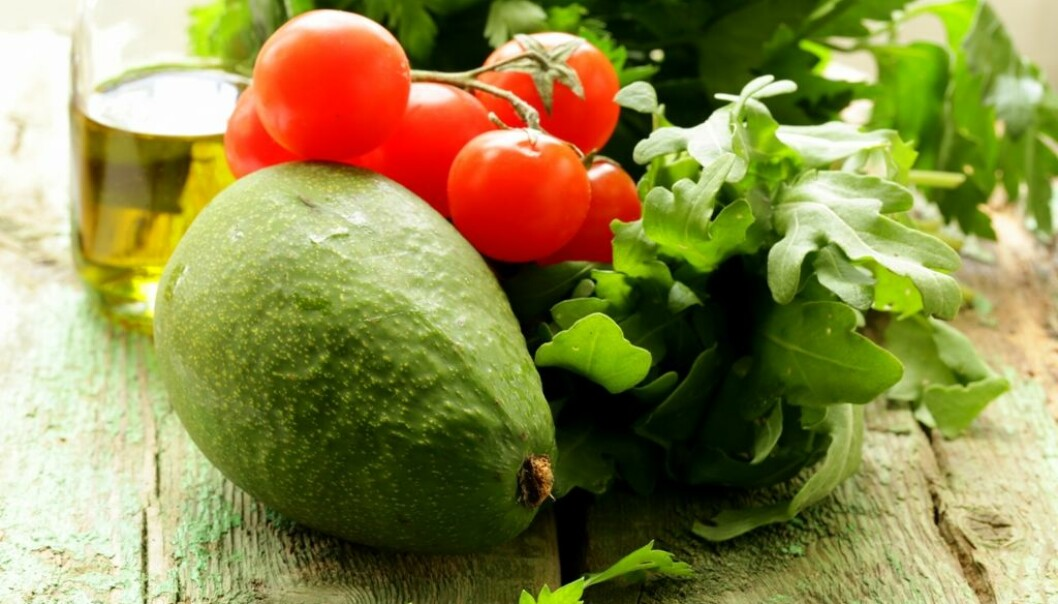 Å spise umettet fett, som vi blant annet finner i olivenolje og avokado, kan være med på å heve HDL-kolesterolet. HDL-kolesterolet kan dempe betennelsen som gir forkalkning i blodåreveggen, ifølge en ny studie. (Foto: Colourbox)