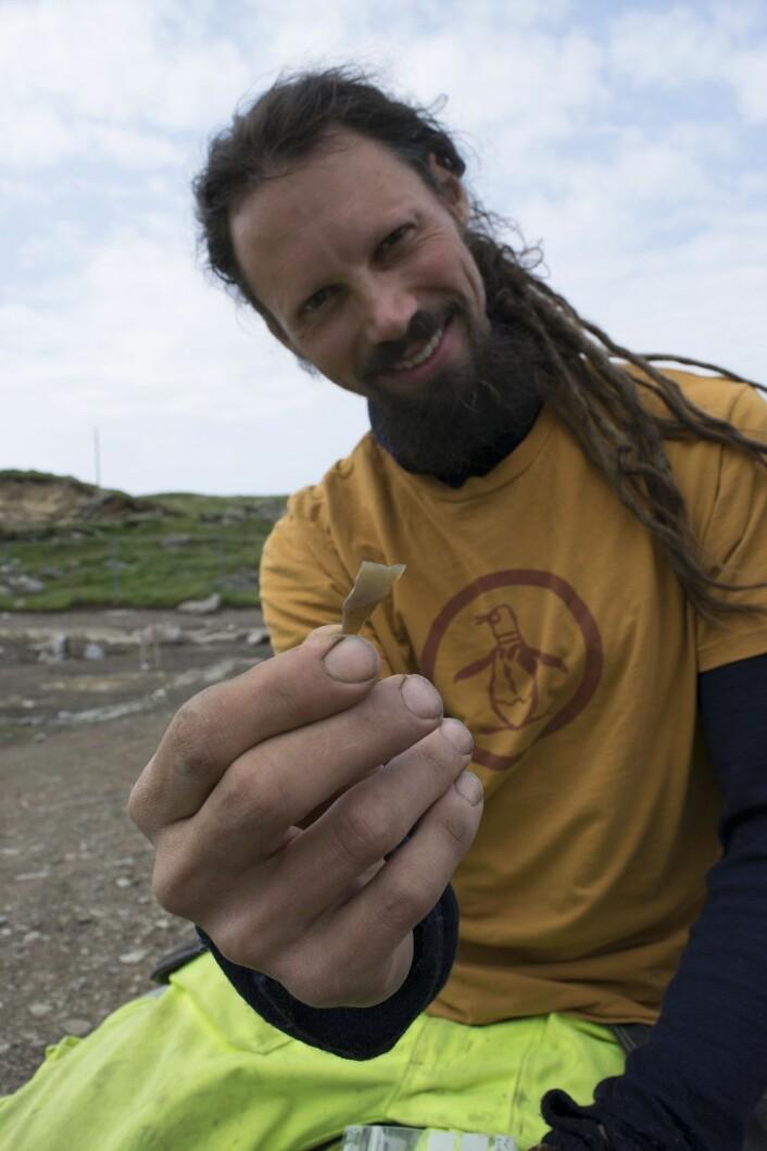 Arild Klokkervold viser stolt frem en pilspiss. Denne pilspissen opptrer hyppigst i eldste del av yngre steinalder.