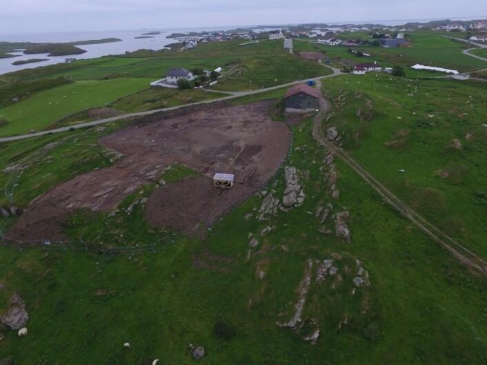 Oversiktsbilde av det største utgravingsområdet. I bakgrunnen, ved Kvitsøy Kirke, ligger det ytterligere tre utgravingsområder.  (Foto: Theo Bell Gil)