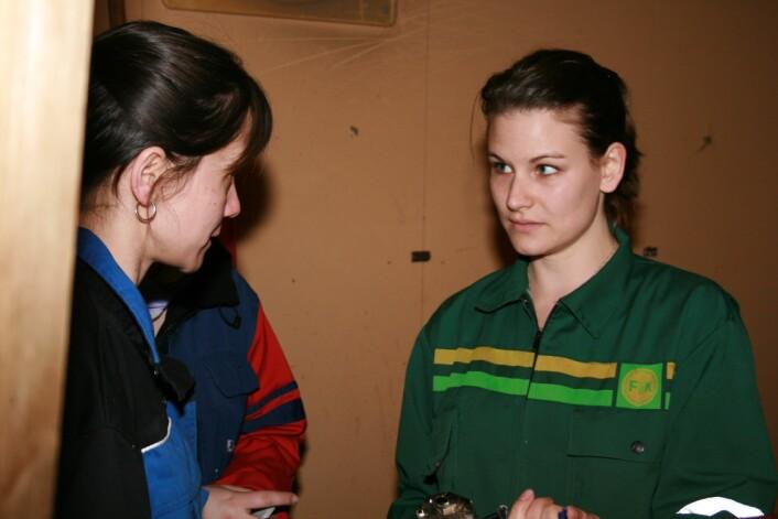Forsker Judit Bánfiné Vas til venstre og stipendiat Rachel Chojnacki til høyre. Godt samarbeid og sansen for detaljplanlegging er nødvendige egenskaper for å gjennomføre alle testene. (Foto: Janne Karin Brodin)
