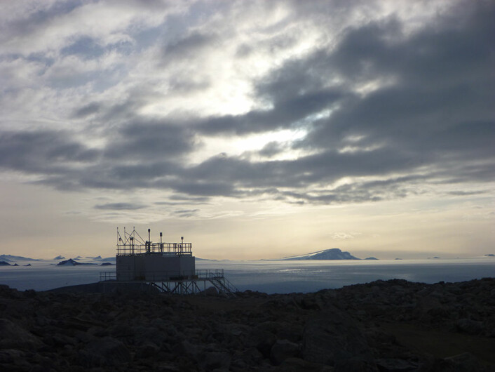 NILU måler ozon og UV-stråling ved observatoriene Zeppelin på Svalbard, Trollhaugen i Antarktis (bildet), ALOMAR på Andøya og i samarbeid med Fysisk institutt, UiO, fra toppen av kjemibygget på Blindern.  (Foto: NILU – Norsk institutt for luftforskning)
