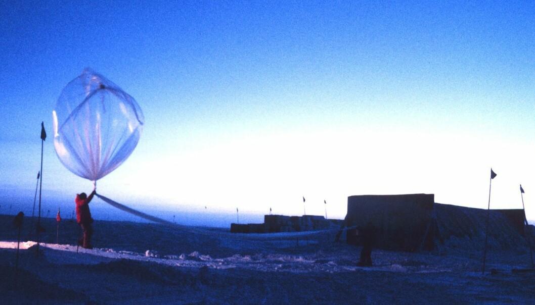 Bildet er tatt i november 2005. Det viser forskere fra NOAA - National Oceanic and Atmospheric Administration, sender opp en ballong som skal måle ozonlaget over Sydpolen.  (Foto: Wikimedia Commons, fri lisens)
