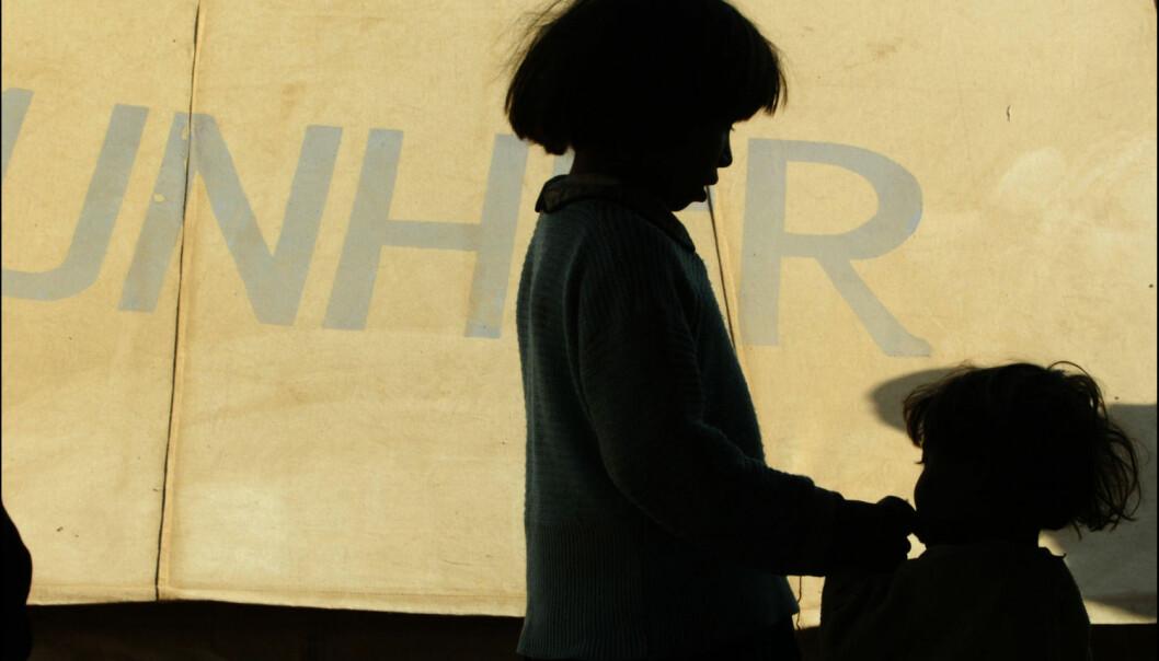 Disse afghanske barna flyktet fra amerikanernes bombing i 2001. Bildet er tatt det samme året, i flyktningleiren Shamshatoo utenfor Peshawar. Mange flyktningbarn som kommer til Norge har flere traumer enn de fra krig med seg i bagasjen, viser en studie fra NKVTS.  (Foto: Lise Åserud / SCANPIX)